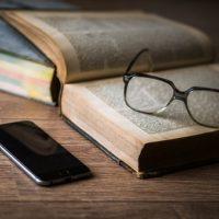 Buch, Brille, Handy